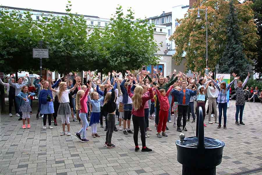 Die Mitglieder der Clara-Schumann-Chöre beim Singe-Flashmob