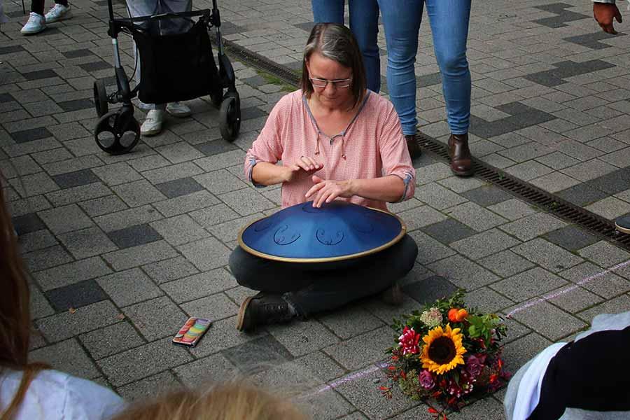 Ute Franzke probiert das neue Musikinstrument aus